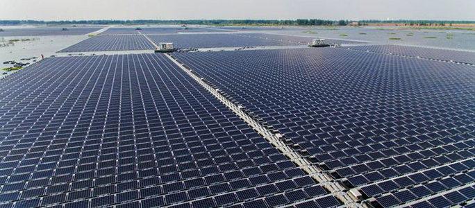 Zorgen over zonnepanelen op water: 'Leg eerst de daken vol'