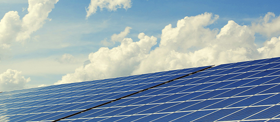 Meer duurzame energie opgewekt door zonnepanelengroei en stralend weer